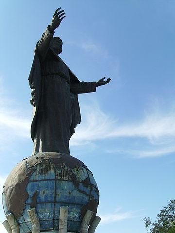 http://upload.wikimedia.org/wikipedia/commons/thumb/9/91/Cristo_rei_Dili.jpg/360px-Cristo_rei_Dili.jpg?uselang=fr