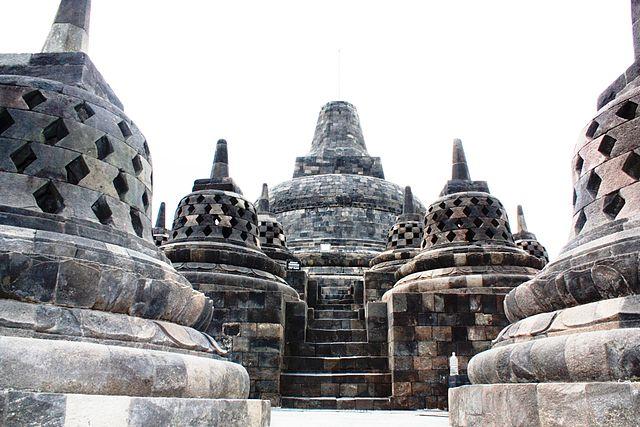 Susunan stupa di tingkat arupadhatu Candi Borobudur, Jawa Tengah, Indonesia.