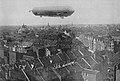 """Das Zeppelin-Luftschiff """"Deutschland LZ 8"""" über der Stadt Düsseldorf im April 1911, Foto P. Lölgen.jpg"""