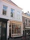 foto van Huis dat oorspronkelijk een geheel vormde met nr. 9 en samen hiermee een hoog schilddak heeft. Gepleisterde gevel onder rechte kroonlijst.