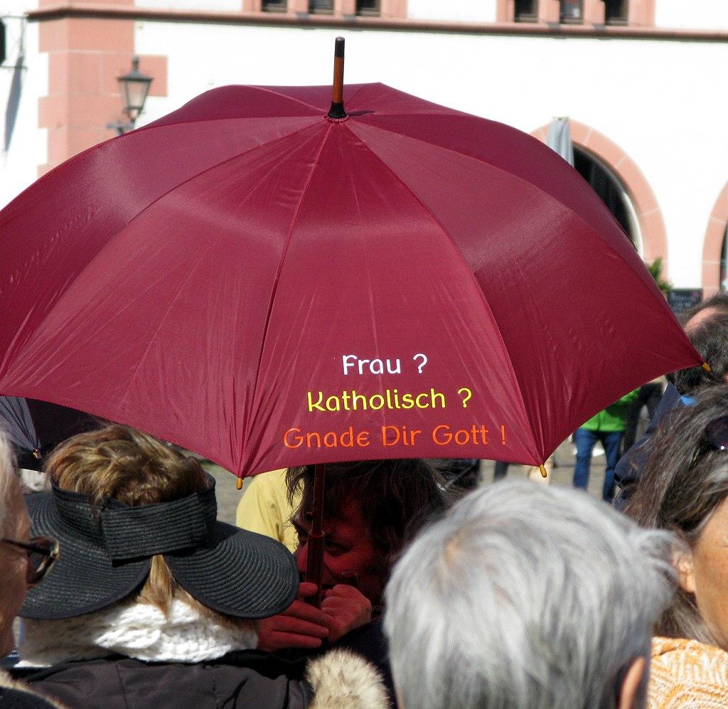 Demonstration der Initiative Maria 2.0 nach einer Priesterweihe im Freiburger Münster (4).jpg