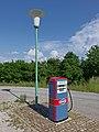 Diesel Zapfsäule und Straßenlaterne (24483762747).jpg