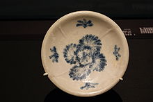 Dish with floral double-lozenge motifs from the Belitung shipwreck, ArtScience Museum, Singapore - 20110618.jpg