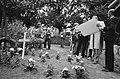 Dominee Jesse Jackson legt een krans op het graf van de vermoorde Kerwin Duinmei, Bestanddeelnr 932-6982.jpg