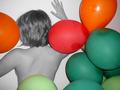 Dos de femme nue avec plusieurs ballons.png