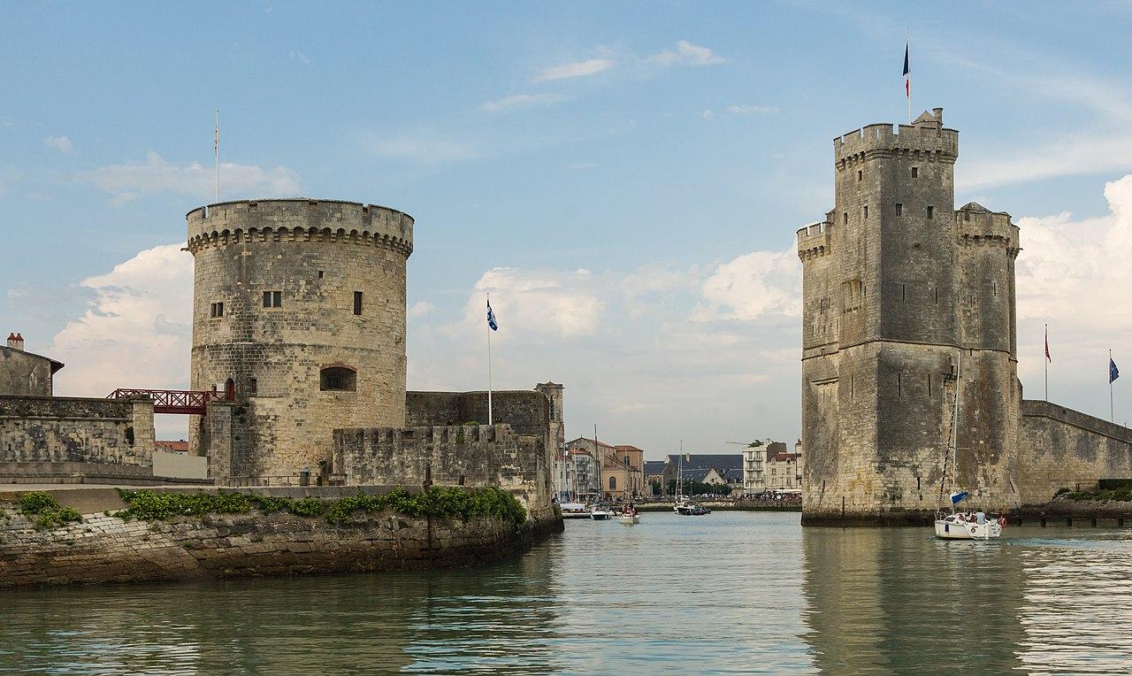 L'entrée du Vieux-Port de La Rochelle, gardée par la tour de la Chaîne (à gauche) et la tour Saint-Nicolas (à droite).  (définition réelle 4477×2672)