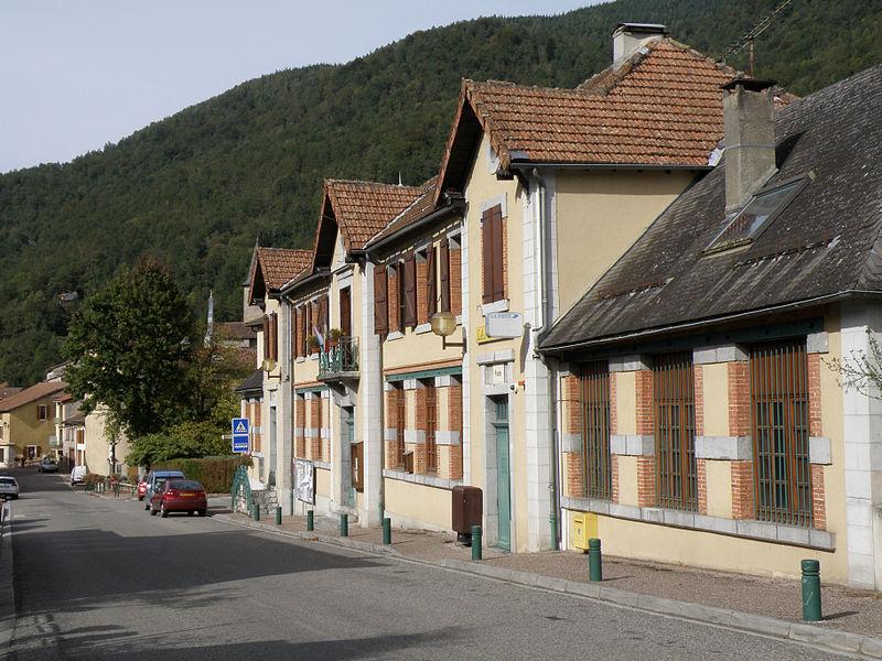 L'école communale, la mairie et la poste sont dans le même bâtiment - Ercé - Ariège (France)