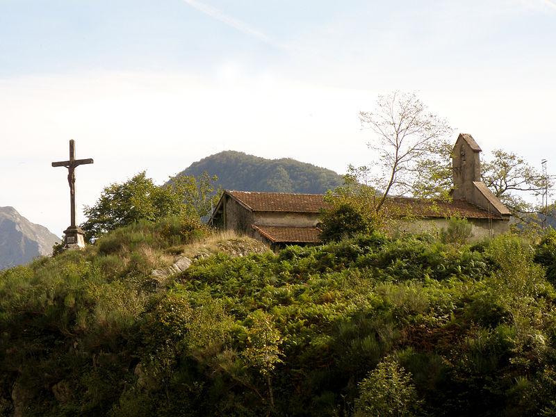 Le calvaire est situé sur un promontoire rocheux à 651 m d'altitude - Ercé - Ariège (France)