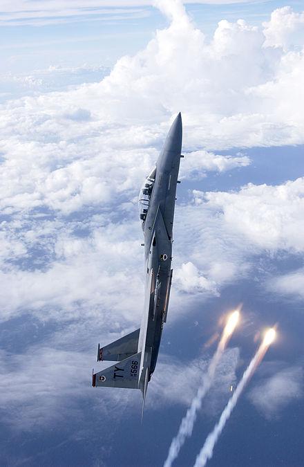 eine f 15d stoa t wahrend eines vertikalfluges flares aus