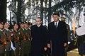 Felipe González y el presidente del Consejo de Ministros de Italia revisan las tropas al inicio de la cumbre hispano-italiana.jpg