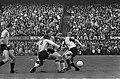 Feyenoord tegen DOS 5-0. Geels (rechts) in duel met Aarts (op de rug) en Oudenal, Bestanddeelnr 920-7859.jpg