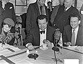 Filmacteur Orson Welles bezoekt Amsterdam. Persconferentie op Schiphol, Bestanddeelnr 904-9981.jpg