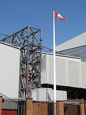 Белый флагшток перед футбольным полем