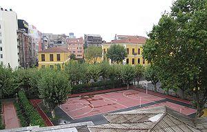 [Resim: 300px-Galatasaray_lisesi_schoolyard.jpg]
