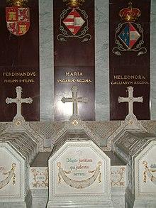 três tumbas de pedra cinza dentro de uma igreja