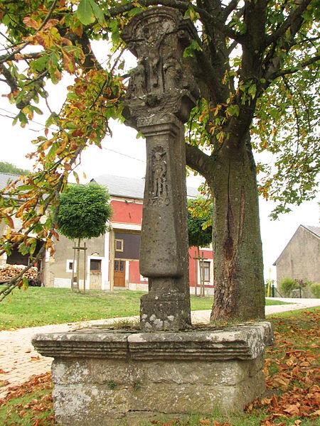 Calvaire situé devant l'église à Habergy