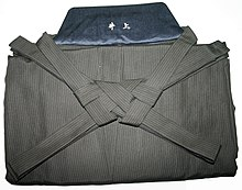 https://upload.wikimedia.org/wikipedia/commons/thumb/9/91/Hakama%2C_folded.jpeg/220px-Hakama%2C_folded.jpeg