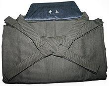 https://upload.wikimedia.org/wikipedia/commons/thumb/9/91/Hakama%2C_folded.jpeg/220px-Hakama%2C_folded.jpeg