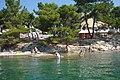 Hatalmas lapos kövek jellemzik a strand ezen részét - panoramio.jpg