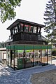 Historische Kabine des Streckensprechers am Nürburgring.jpg