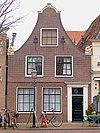foto van Huis met ingezwenkt halsgeveltje met aanzetkrullen
