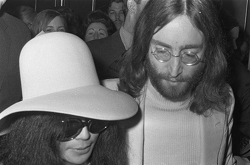 John Lennon en echtgenote Yoko Ono verlaten het Hilton Hotel te Amsterdam, Bestanddeelnr 922-2491