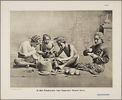 KITLV 2492 - Kassian Céphas - Embossing of copper vases at Yogyakarta - Around 1910.tif