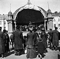 Kappeliesplanaadi, kapellimestari Alexei Apostol johtaa orkesteria Esplanadin soittolavalla - N2059 (hkm.HKMS000005-000001kr).jpg