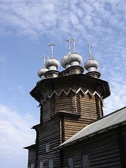 В деревянных зимних храмах(к ним...  Все помещения церкви - сени, трапезная, четверик и алтарь- одинаковой ширины и в...