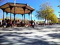 Kiosque à musique et voie de bus, place Napoléon à La Roche-sur-Yon.JPG
