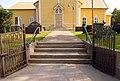 Kirkon pääportilla.jpg