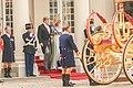 Koningklijk echtpaar stapt in de koets prinsjesdag Den Haag.jpg