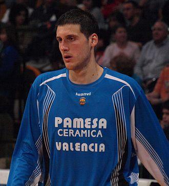 Kosta Perović - Perović warming up with Valencia in 2009