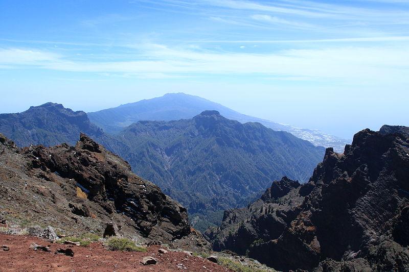 File:La Palma - El Paso - Caldera de Taburiente + Bejenado (Roque de Los Muchachos) 01 ies.jpg