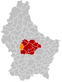 Map of Luxembourg with Boevange-sur-Attert highlighted in orange, the district in dark grey, and the canton in dark red