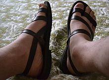 3549b2cd7849 Sandale typique d un homme.