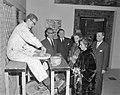 Mevrouw Kennedy bezoekt Costuummuseum te Den Haag, Bestanddeelnr 913-5651.jpg