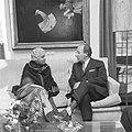 Mevrouw Vijaya Lakshmi Pandit en minister president Cals in gesprek, Bestanddeelnr 918-4415.jpg