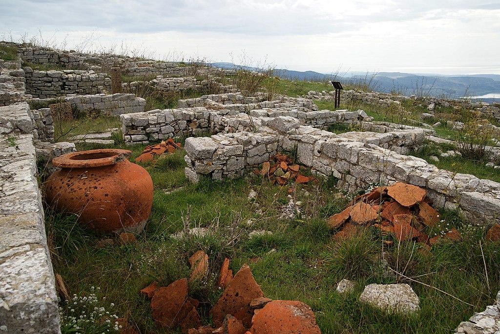 Monte-adranone-magazine-unterh-der-akropolis-c