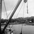 Namlea Eiland Boeroe Molukken Zicht op een strandkampong vanaf het vrachtschi, Bestanddeelnr 8076.jpg