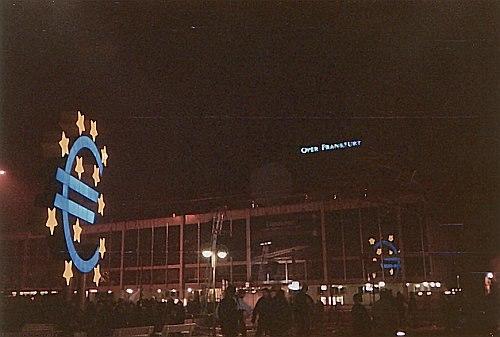 Neujahr 2002 - Blick auf das Eurosymbol