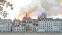 Notre-Dame de Paris, Incendie 15 avril 2019 19h32.05.jpg