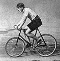 Octobre 1904, Louis Darragon bat le record du monde de l'heure derrière une moto sur piste (87,859 kilomètres parcourus).jpg