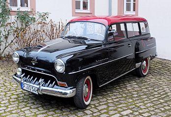 Une Opel Olympia-Rekord Caravan, modèle 1954. (définition réelle 3285×2270)