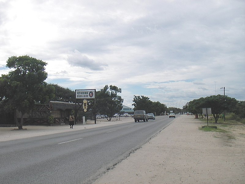 Lêer:Ozzys Beerhouse and Eugen Kakukuru Street in Rundu, Namibia, March 2006.jpg