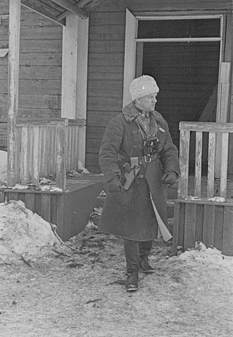 Aaro Pajari - Colonel Pajari in front of Tolvajärvi's headquarters. SA-kuvat