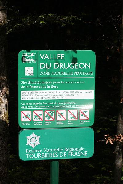 Panneau signalétique en bordure de la RNR des tourbières de Frasne-Bouverans.