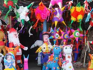 Español: Tradicionales piñatas mexicanas hecha...