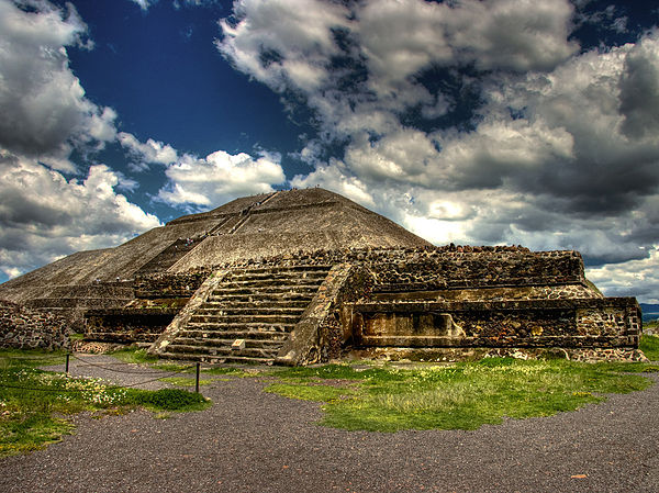 Teotihuacan - Piramida Słońca. Źródło: Wiki Commons, autor: JJ Sante, lic. CC-BY-SA-2.0.