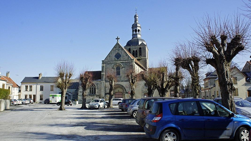 Place de l'église de Fismes, elle est dédiée à Macre.